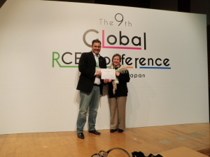 Alaer Cardoso e Patricia Charvet, representantes do Senai,  recebendo o prêmio no RCE Awards