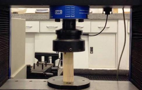 LABORATÓRIOS EXTERNOS: Insumos passam por ensaios realizados em laboratórios conforme a NBR 7190 – Projeto de estruturas de madeira, para verificar a classificação estrutural e retenção do preservante químico conforme NBR 16143.