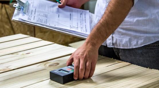 FÁBRICA TECVERDE: Logo na chegada, o material passa por inspeção para verificação das medidas e controle da umidade.
